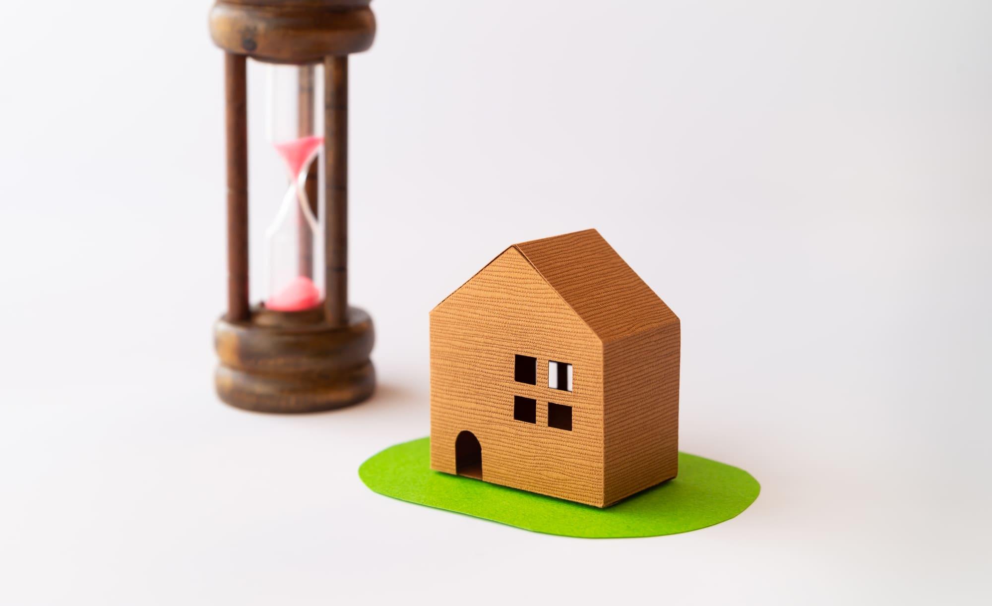 家と砂時計